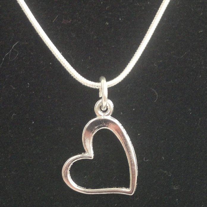 Bižuterní srdce 15x18 mm, stříbrná barva na stříbrném (925) řetízku Kkoralky.cz stříbrná