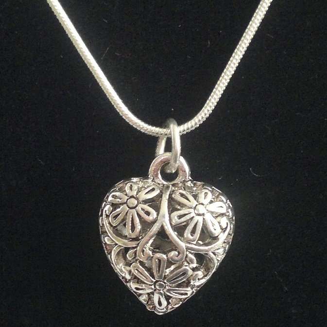 Bižuterní srdce 15,5x18,5 mm v platině na stříbrném řetízku Kkoralky.cz