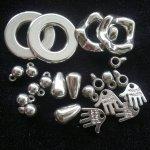 Plast s imitací kovu
